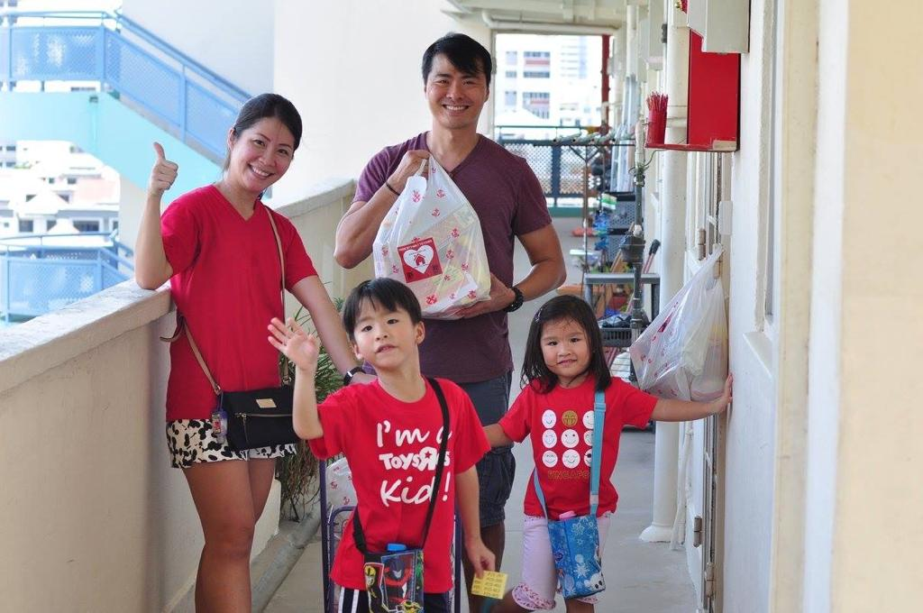 Tracy Ong Hui Jing and her family doing charity work
